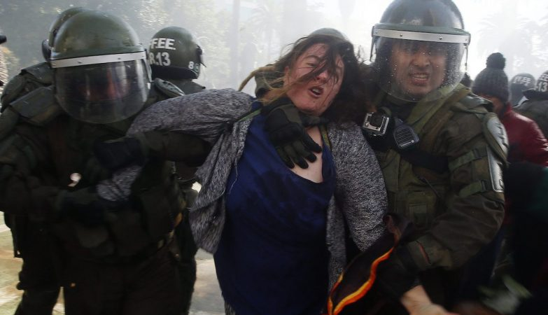 Manifestante detida durante protestos no Chile contra a presidente Michelle Bachelet