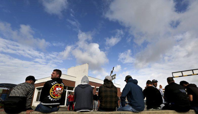 Estivadores em greve fazem vigília junto ao acesso ao porto de Xabregas, em Lisboa