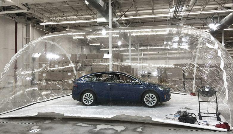 Um Tesla Model X numa bolha bio-contaminada