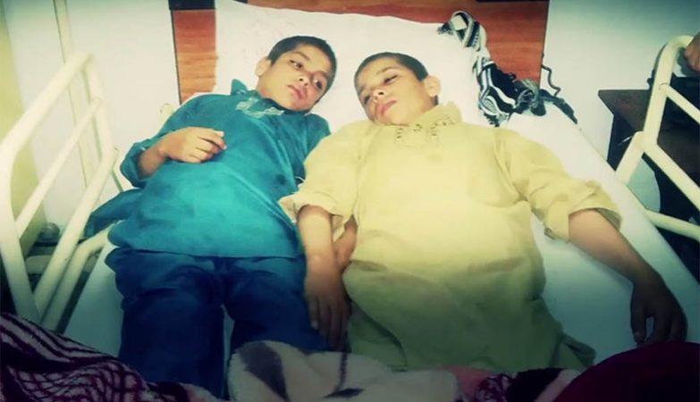"""Os """"meninos solares"""" Shoaib Ahmed e Abdul Rasheed, dois irmãos de 9 e 13 anos, paralisam quando o sol se põe."""