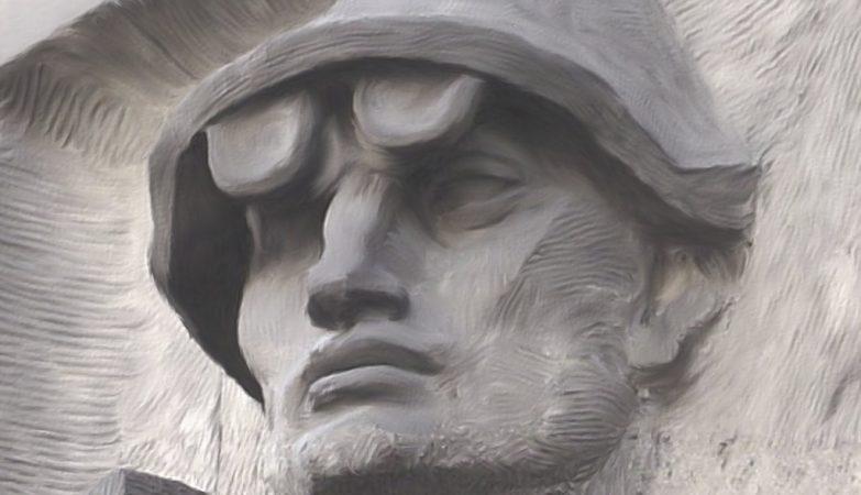Estátua de um trabalhador da siderurgia do período comunista no centro de Varsóvia, Polónia