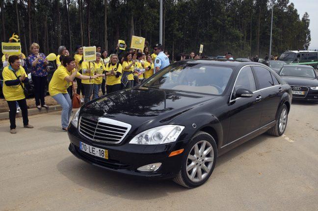 Pais, professores e alunos de colégios privados manifestam-se à passagem da comitiva do Primeiro-ministro, António Costa, em Águeda.