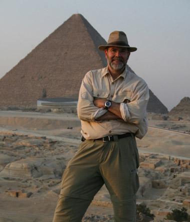 Glen Dash em frente à Grande Pirâmide de Gizé em 2006.