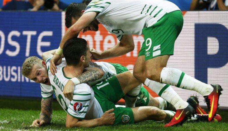 Robbie Brady celebra o golo da vitória da Irlanda sobre a Itália