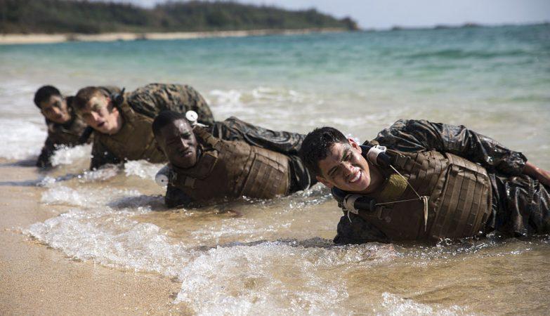 MArines norte-americanos em exercícios de resistêncis física na praia de Okinawa