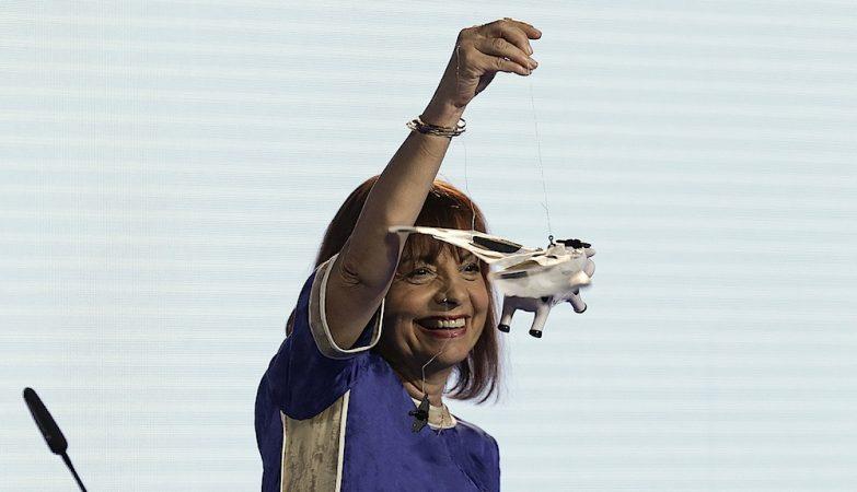 A ministra da Presidência e da Modernização Administrativa, Maria Manuel Leitão Marques, mostra uma vaca voadora na apresentação do Programa Simplex 2016