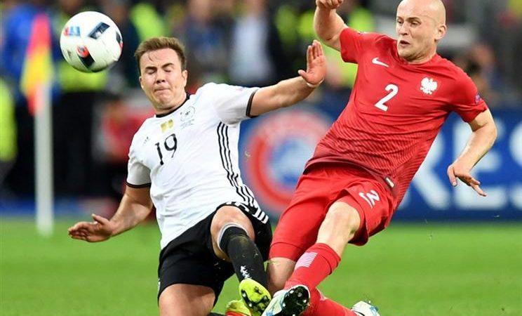 O alemão Mario Goetze (E), em acção contra o polaco Michal Pazdan (D)