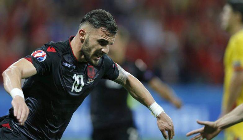 O albanês Armando Sadiku celebra o primeiro golo de sempre - e a primeira vitória - da Albânia numa fase final do Euro