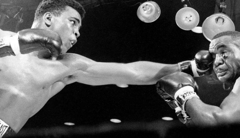 """Muhammad Ali, então Cassius Clay, aplica uma esquerda a Charles """"Sonny"""" Liston, 25 de Fevereiro de 1964"""