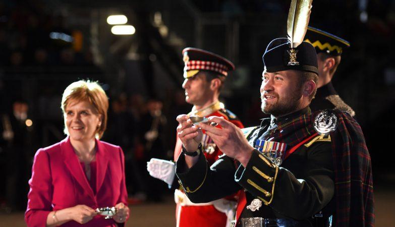 A primeira ministra da Escócia, Nicola Sturgeon (esq), durante um tatoo militar