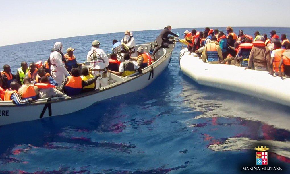 Migrantes resgatados de um naufrágio no Mediterrâneo pela Marinha Militar italiana