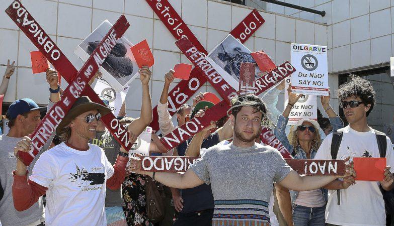 Elementos do Movimento Algarve Livre de Petróleo realizam um cordão humano em frente à câmara municipal de Aljezur,