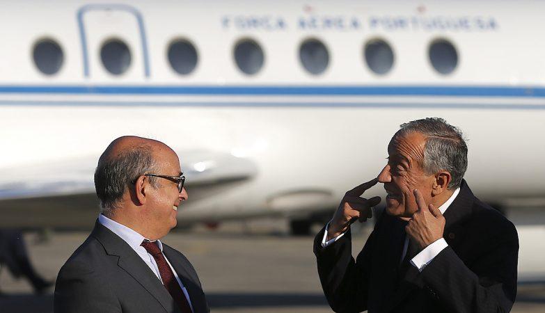 O Presidente da República, Marcelo Rebelo de Sousa (D), conversa com o ministro da Defesa, José Azeredo Lopes (esq)