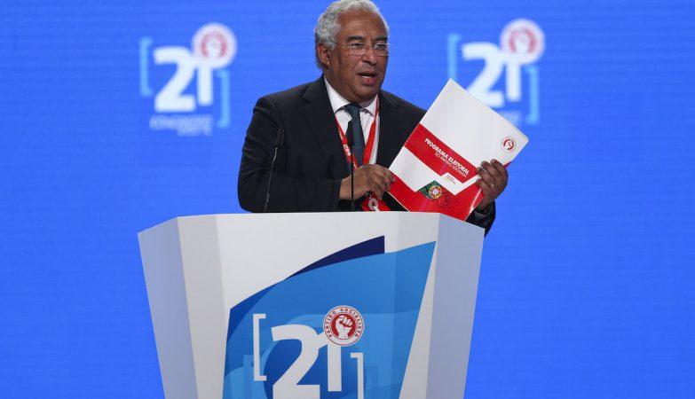 O secretário-geral do Partido Socialista António Costa mostra um exemplar do Programa Eleitoral do Partido Socialista