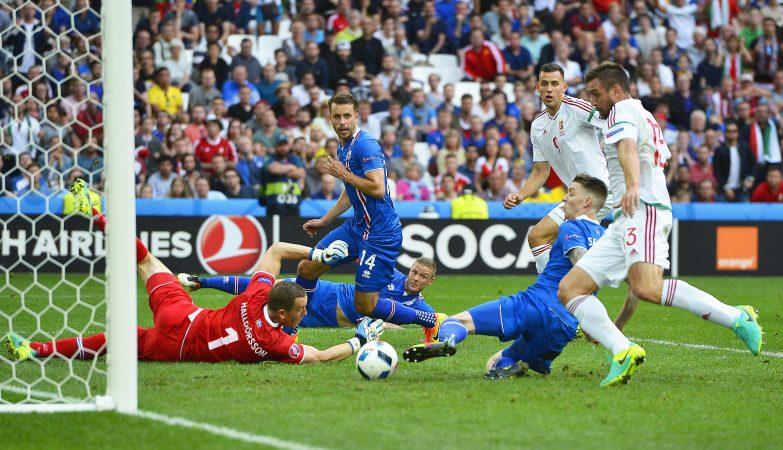 O islandês Birkir Saevarsson foi autor do auto-golo que empatou o jogo Islândia 1-1 Hungria no Euro 2016