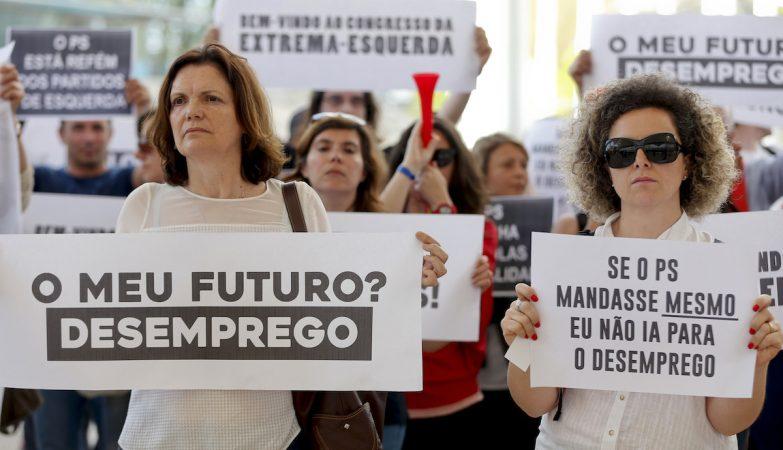 Manifestantes contra os cortes nos colégios privados protestam no último dia do 21 Congresso do Partido Socialista