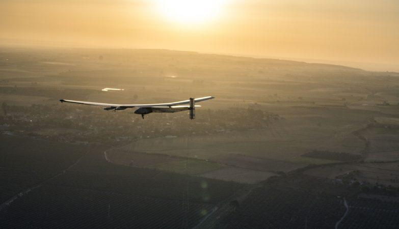 Solar Impulse 2 a aterrar em Sevilha depois de atravessar o Atlântico