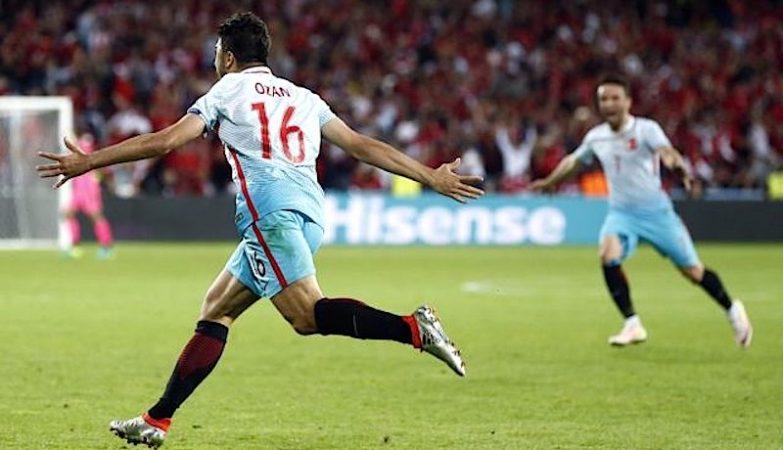 Ozan Tufan celebra o segundo golo da Turquia