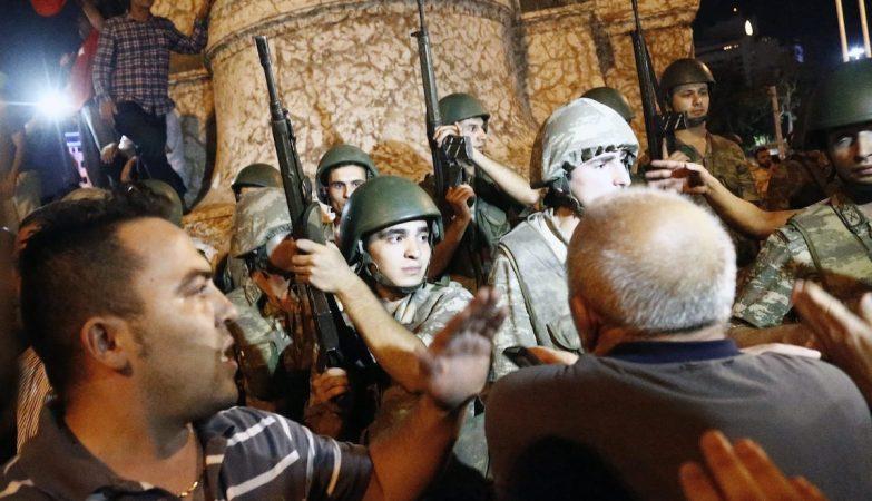 Golpe de estado militar em curso na Turquia - população protesta contra o Golpe