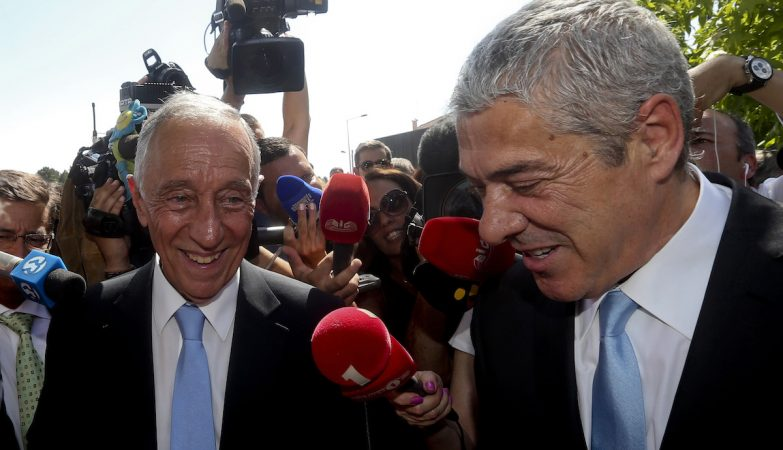 O Presidente da República, Marcelo Rebelo de Sousa, cumprimentado pelo antigo primeiro-ministro José Sócrates, durante uma visita ao Espaço Miguel Torga em Sabrosa