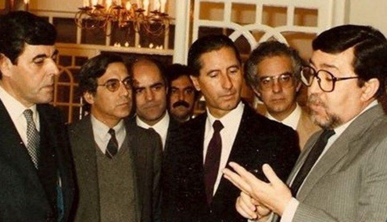 O jornalista Nuno Rocha, fundador do semanário O Tempo e do jornal Correio da Manhã (ao centro, de fato negro)