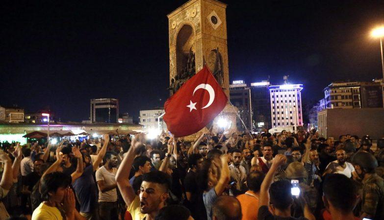 População protesta contra o golpe de estado militar na Turquia