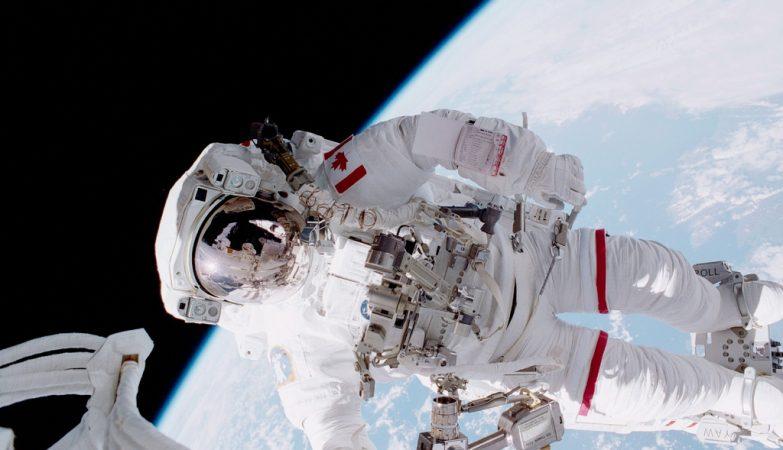 O astronauta canadiano Chris A. Hadfield, em 2001, em actividade extra-veicular (EVA) num voo do vaivém Endeavour, da NASA
