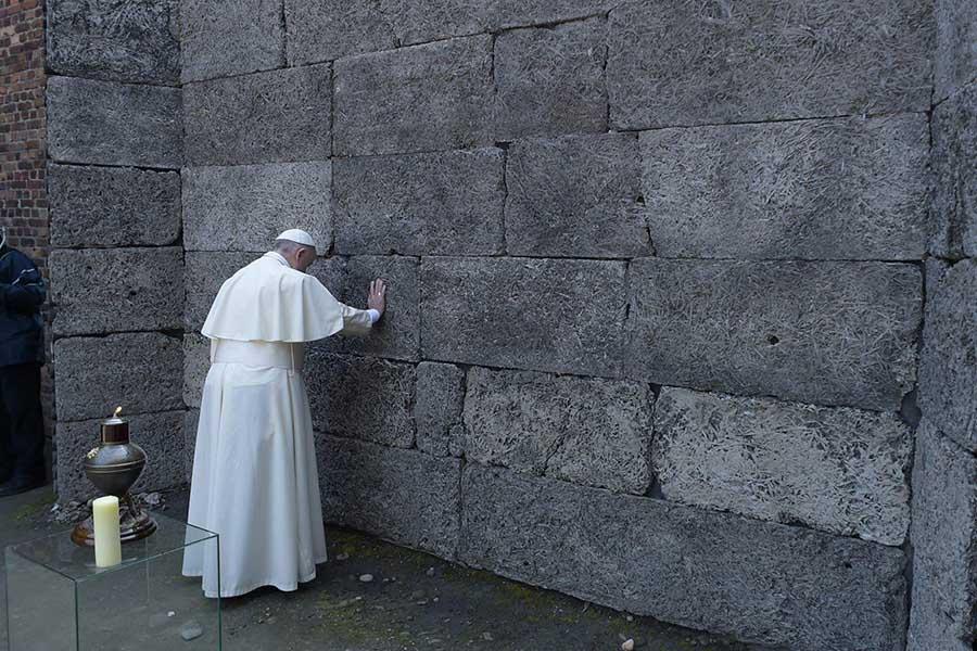 Papa Francisco no Muro da Morte no campo de concentração de Auschwitz.