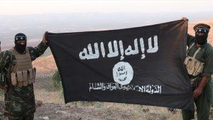 Terroristas com a bandeira do Estado Islâmico