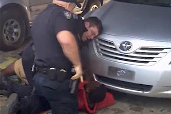 Arlon Sterling imobilizado pela polícia de Baton Rouge, Louisiana, poucos segundos antes de ser abatido