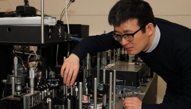 Xiaogang Qiang, da Universidade de Bristol, com um computador quântico primitivo