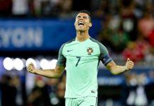 Cristiano Ronaldo marca o primeiro golo da vitória de Portugal por 2-0 frente ao País de Gales na meia-final do Euro 2016