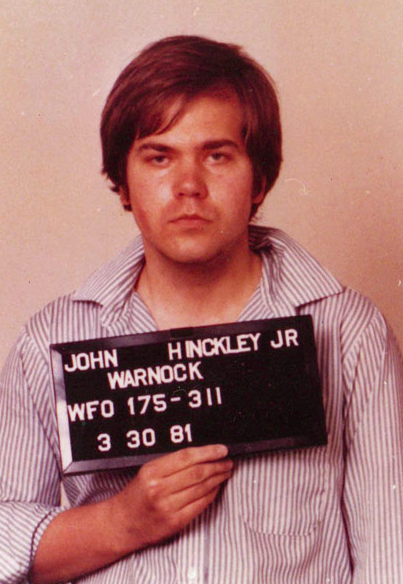 Foto da detenção de John Hinckley Jr., pouco tempo após ter tentado assassinar o presidente dos EUA, Ronald Reagan