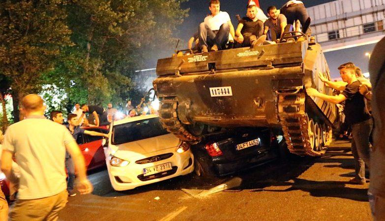 Populares turcos manifestam-se em cima de um tanque tomado aos militares rebeldes