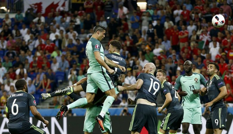 """Cristiano Ronaldo """"voa sobre os centrais"""" e marca o primeiro golo da vitória de Portugal por 2-0 frente ao País de Gales na meia-final do Euro 2016"""