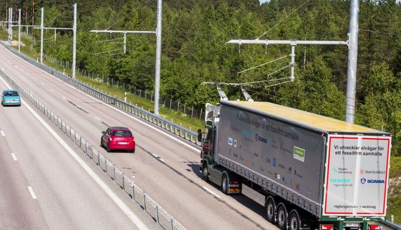 Camião híbrido eléctrico Scania Siemens G 360 4x2 a circular numa via rápida eléctrica