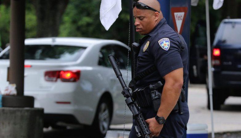 Agente da Polícia de Baton Rougr no local em que três dos seus colegas foram assassinados