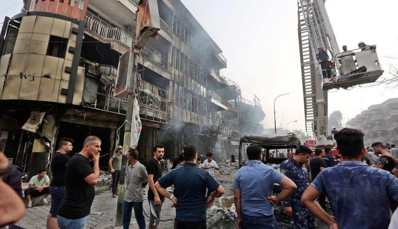 Ayentado em Karada, no centro de Bagdad, Iraque