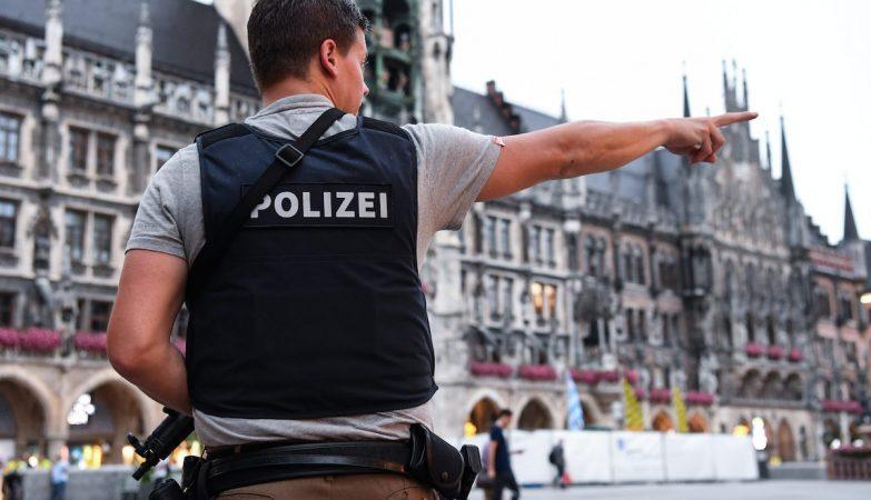 Agente da polícia de Munique após tiroteio em Centro Comercial