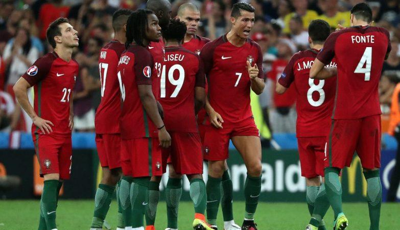 Ronaldo encoraja os companheiros durante a marcação das grandes penalidades frente à Polónia