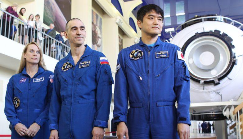 A astronauta norte-americana Kathleen Rubins, o russo Anatoli Ivanishin, e o japonês Takutya Onishi e