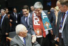 Mário Centeno cumprimenta Wolfgang Schäuble, em Bruxelas, após a vitória de Portugal no Euro 2016