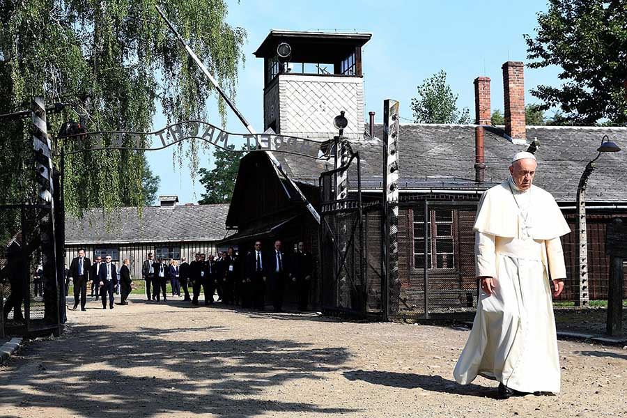 Papa Francisco visita o campo de concentração de Auschwitz.