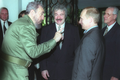 Vladimir Putin com Fidel Castro na visita a Cuba em dezembro de 2000