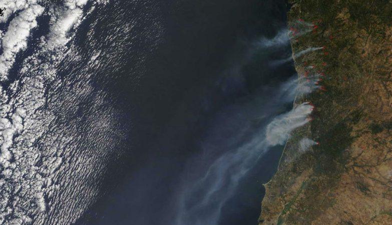 Imagens da NASA mostram o fumo dos incêndios em Portugal Continental