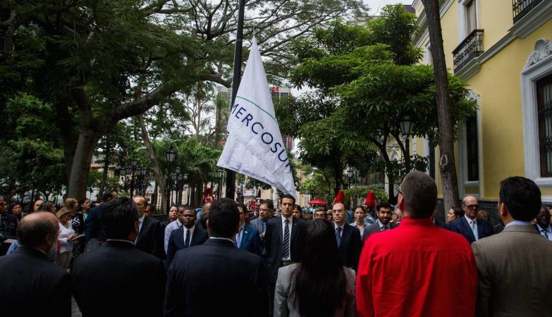 A ministra dos Negócios Estrangeiros da Venezuela, Delcy Rodríguez, com a bandeira do Mercosul