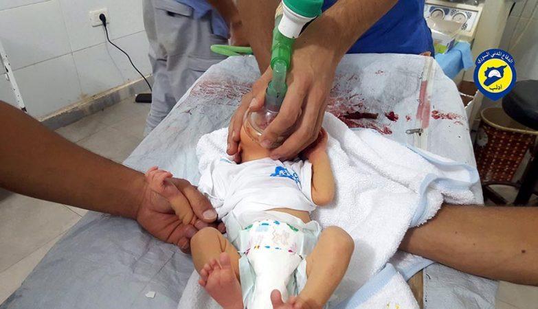 Bebé a ser tratado após ataque químico com gás de cloro em Saraqeb, na Síria.