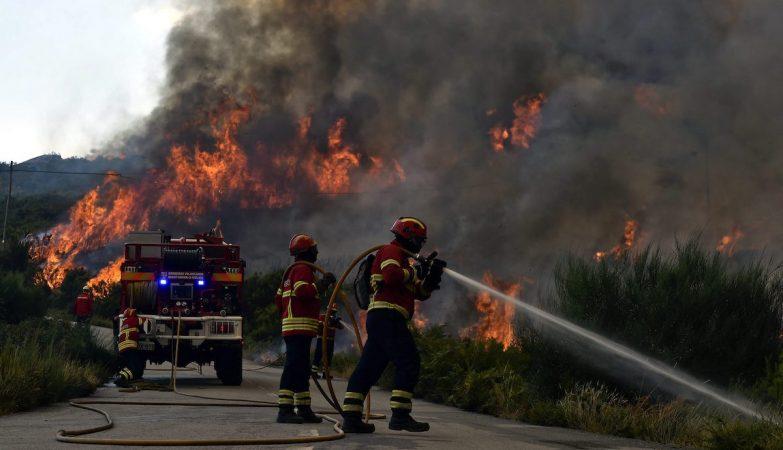 Bombeiros tentam combater o fogo em São Pedro do Sul, Viseu