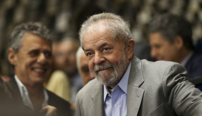 O ex-presidente Luiz Inácio Lula da Silva assiste a presidente afastada Dilma Rousseff fazer sua defesa diante dos Senadores durante sessão de julgamento do impeachment