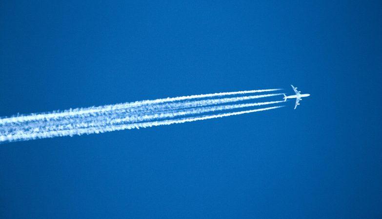 """""""Contrails"""" - ou rastos de condensação - de um avião a jato"""